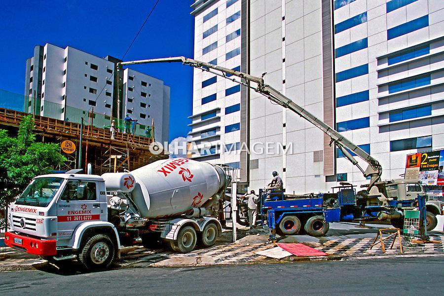 Transporte de concreto para construção civíl em Perdizes, São Paulo. 2004. Foto de Juca Martins.