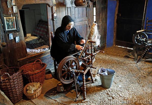 Nederland Arnhem 2015.  Het Nederlands Openluchtmuseum. Vrouw spint vlas bij het spinnewiel. Foto Berlinda van Dam / Nederlandse Hoogte
