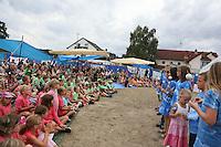 Modenschau mit Amuletten werden präsentiert bei der Abschlussveranstaltung der Ferienspiele der Kinder- und Jugendförderung Trebur