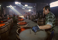 Europe/France/Poitou-Charentes/16/Charente/Cognac/Tonnellerie Seguin Moreau : Chauffe et bousinage [Non destiné à un usage publicitaire - Not intended for an advertising use]<br /> PHOTO D'ARCHIVES // ARCHIVAL IMAGES<br /> FRANCE 1990