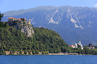 Bled, view of the lake and the castle///Bled, vue sur le lac et le château