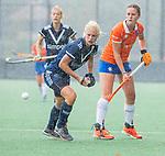 BLOEMENDAAL - Daphne van der Vaart (Pinoke) met Nine Rijna (Bldaal)  tijdens de oefenwedstrijd  dames  Bloemendaal-Pinoke.  COPYRIGHT KOEN SUYK