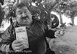 Archivo analogico. Un obrero come en un parque