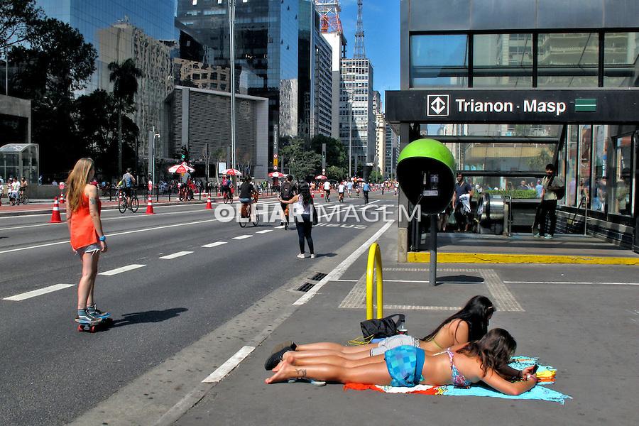 Banho de sol no domingo de lazer na Avenida Paulista. Sao Paulo. 2015. Foto de Marcia Minillo.