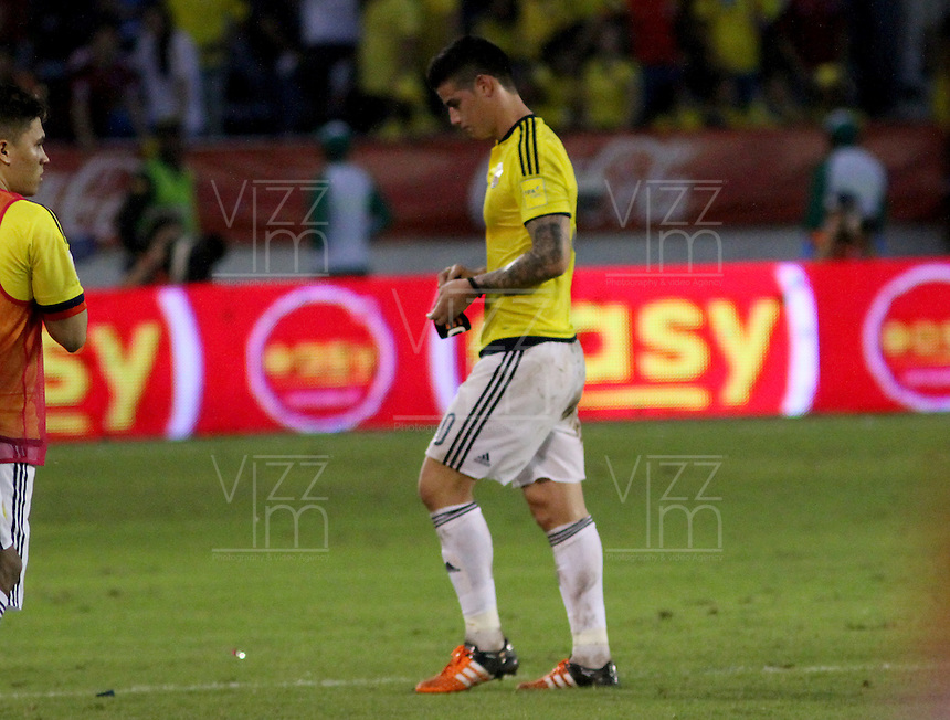 BARRANQUILLA  -COLOMBIA , 17 ,NOVIEMBRE-2015. James Rodriguez jugador de Colombia   abandona con tristeza el campo de juego  al perder la selección 1 gol por cero ante el  Argentina    por la fecha 4 de las eliminatorias para el mundial de Rusia 2018 jugado en el estadio Metropolita Roberto Meléndez./Colombia player James Rodriguez leaves with sadness the field to lose zero selection 1 goal against Argentina by the date 4 of the qualifiers for the 2018 World Cup played in Russia Metropolitan Roberto Melendez stadium.. Photo: VizzorImage / Felipe Caicedo / Staff