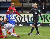 Artur Sobiech (SV Darmstadt 98) wird gehalten von Jan-Stipe Vucur (1. FC Kaiserslautern) aber kein Elfmeter, stattdessen eine Ermahnung von Schiedsrichterin Bibiana Steinhaus - 21.02.2018: SV Darmstadt 98 vs. 1. FC Kaiserslautern, Stadion am Boellenfalltor, 2. Bundesliga