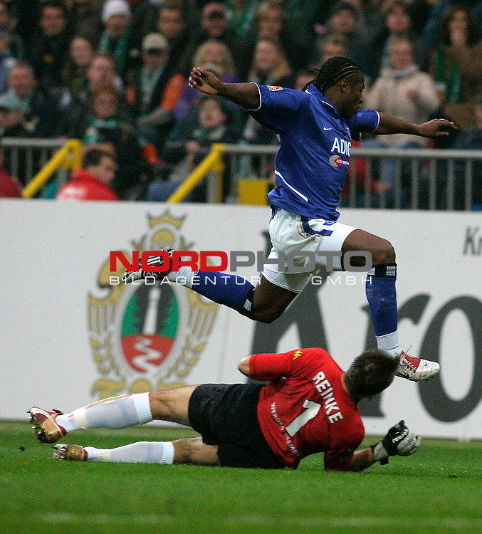 BL 2004/2005 -  11 Spieltag - Hinrunde<br /> <br /> Werder Bremen vs Hamburger SV 1:1<br /> <br /> Emile M`Penza Łberspringt Torwart Andreas Reinke und gibt anschliessend die Flanke zum 0:1<br /> <br /> Foto &copy; nordphoto <br /> <br /> <br /> <br />  *** Local Caption *** Foto ist honorarpflichtig! zzgl. gesetzl. MwSt.<br /> <br />  Belegexemplar erforderlich<br /> <br /> Adresse: nordphoto<br /> <br /> Georg-Reinke-Strasse 1<br /> <br /> 49377 Vechta
