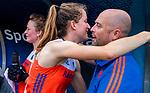 Den Bosch  -  Debutant in het grote Oranje, Felice Albers (Ned)   na  de Pro League hockeywedstrijd dames, Nederland-Belgie (2-0).  met fysio Franc Backelandt (Ned)      COPYRIGHT KOEN SUYK