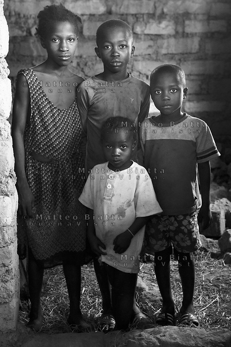 Orfani per colpa di Ebola nella foto Mariath Gbla Aumamy Gbla Pamomoh Gbla Haja Gbla hanno perso tre familiari tra cui la mamma e il pap&agrave; Villaggio di Kontabana 29/03/2016 foto Matteo Biatta<br /> <br /> Orphanes for guilt of Ebola in the picture Mariath Gbla Aumamy Gbla Pamomoh Gbla Haja Gbla lost three relativies including mother and father Kontabana Village 29/03/2016 photo by Matteo Biatta