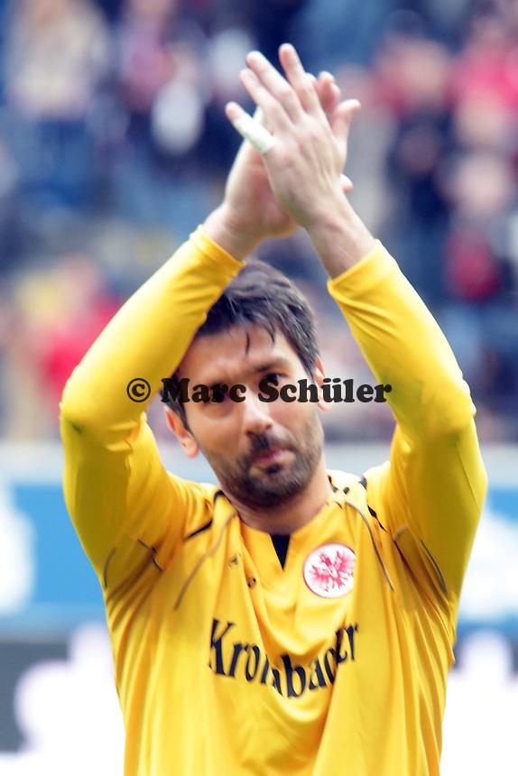 Oka Nikolov (Eintracht) bedankt sich bei den Fans