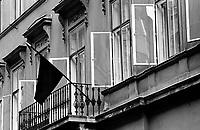 UNGARN, 13.07.1989.Budapest - V. Bezirk.Trauerbeflaggung am Tag des Staatsbegraebnisses von Janos Kadar (korrekt: J?nos K?d?r), Generalsekretaer der Kommunistischen Partei MSZMP..Mourning flags on the day of the state funeral of Communist Party (MSZMP) General Secretary Janos Kadar who died on July 6..© Martin Fejer/EST&OST