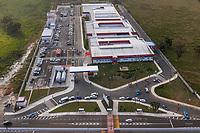 Maricá (RJ), 01/05/2020 - A Prefeitura de Maricá inaugurou nesta sexta-feira (01) o novo Hospital Municipal Dr. Ernesto Che Guevara, em São José de Imbassaí. A unidade, que inicialmente funcionará como polo de atendimento aos casos mais graves de infecção pelo novo coronavírus, ocupa uma área total de 13 mil metros quadrados às margens do Km 22,5 da rodovia RJ-106 e é composta por três blocos: no bloco A estão localizados os consultórios médicos e a recepção; no B estão o centro cirúrgico e as UTIs, e no C funcionará a área de serviços como refeitórios, vestiários, administração e salas de TI.