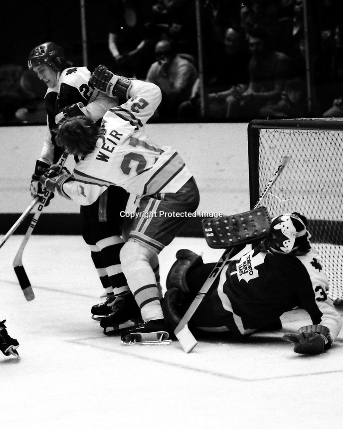 Seals Stan Weir battles Toronto Maple Leafs goalie Doug Favell (1975 photo/Ron Riesterer)