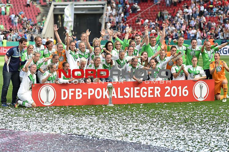 21.05.2016, RheinEnergie Stadion, Koeln, GER, DFB Pokal Finale Frauen 2015/2016  SC Sand vs VfL Wolfsburg  <br /> im Bild / picture shows: <br /> nach dem Ende des Spiel jubelt die Wolfsburger Mannschaft &uuml;ber den Pokalsieg bei der Siegerehrung <br /> <br /> <br /> <br /> <br /> <br /> Foto &copy; nordphoto / meuter