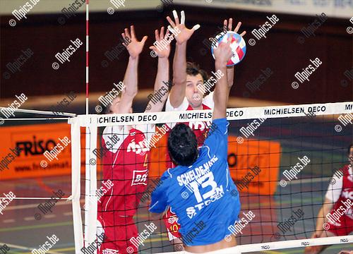 2008-11-08 / Volleybal / VC Schelde-Natie Kapellen - Maaseik / B. Van Looy van Kapellen stuit op het block van G. Van Walle en J. Van Decraen van Maaseik..Foto: Maarten Straetemans (SMB)