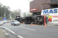 ATENCAO EDITOR: FOTO EMBARGADA PARA VEICULOS INTERNACIONAIS. SAO BERNARDO DO CAMPO, SP, 25 DE NOVEMBRO DE 2012 - Um caminhao tombou no inicio da tarde deste domingo na saida do Km 18 da Rodovia Anchieta, em Sao Bernardo do Campo. A carga móvel desequilibrou a carreta  ao fazer a curva. O motorista sofreu apenas ferimentos leves.  FOTO: ALEXANDRE MOREIRA - BRAZIL PHOTO PRESS.