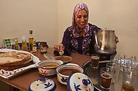 Afrique/Afrique du Nord/Maroc/Province d'Agadir/Tighanimine Elbaz: Nadia Fatmi directrice de la Coopérative féminine de Tighanimine Elbaz qui fabrique artisanalement de l'Huile d'Argan déguste l'amlou pâte à tartiner à base d'huile d'argan, de miel et d'amandes, le Nutella marocain.