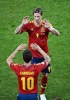 FUSSBALL  EUROPAMEISTERSCHAFT 2012   VORRUNDE Spanien - Irland                     14.06.2012 Wechsel: Cesc Fabregas (unten) kommt, Fernando Torres (oben, Spanien) geht