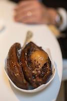 Europe/France/Rhone-Alpes/73/Savoie/Courchevel: Service en salle au Restaurant: Le 1947, Maison Cheval Blanc, Le Jardin Alpin, Service du fruit rôti en cabosse de cacao,
