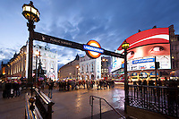 United Kingdom, London: Piccadilly Circus and the underground station | Grossbritannien, England, London: Piccadilly Circus und der Eingang zur underground station