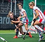 AMSTELVEEN -Lauren Stam (A'dam) met Donja Zwinkels (OR)    tijdens de hoofdklasse competitiewedstrijd hockey dames,  Amsterdam-Oranje Rood (5-2). COPYRIGHT KOEN SUYK