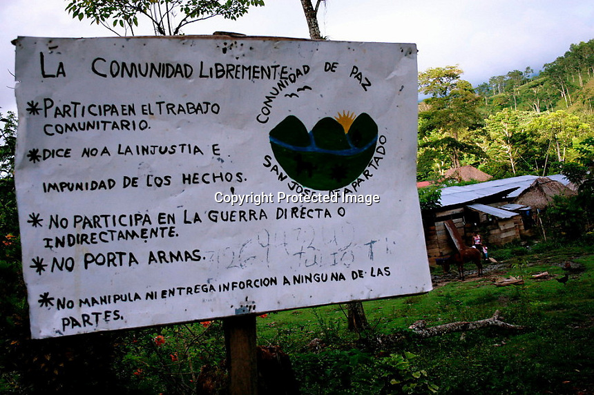 Sign located at the entrance of one of the villages of the Peace Community. It describes the main principles of the Community: Participate in community work, reject injustice and impunity, do not engage in war directly or indirectly, do not carry weapons, do not manipulate or provide information to any of the parties..