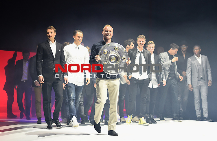 23.05.2015, Postpalast, Muenchen, FC Bayern Muenchen - German Championship Celebrations, im Bild   Sebastian Rode brings the trophy to the stage infront of his team mates during the FC Bayern Muenchen Bundesliga Champions Dinner at Postpalast Foto © nordphoto