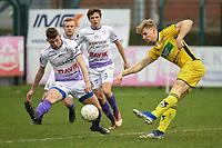 RC HARELBEKE - SCT MENEN :<br /> Gianni Derieuw (L) probeert een schot van Dirk Jan Dewaegemaeker (R) af te stoppen<br /> <br /> Foto VDB / Bart Vandenbroucke