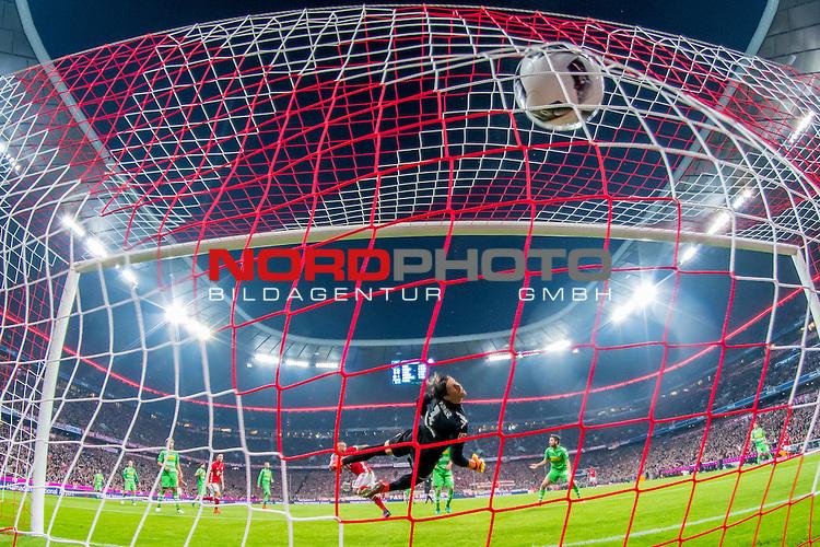 22.10.2016, Allianz Arena, Muenchen, GER, 1.FBL,  FC Bayern Muenchen vs. Borussia Moenchengladbach, im Bild Tor zum 1-0 durch Arturo Vidal (FCB #23) mit Yann Sommer (Moenchengladbach #1) <br /> <br /> Foto &copy; nordphoto / Straubmeier
