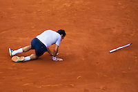 02-06-13, Tennis, France, Paris, Roland Garros,  Roger Federer falls to the ground in his match against Gilles Simon