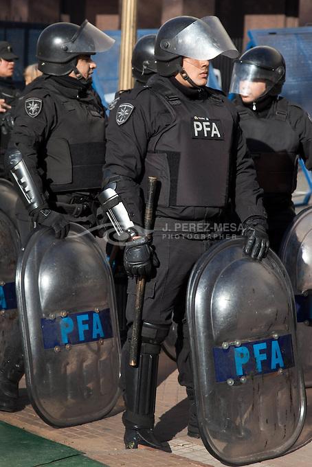 Miembros de una escuadra anti motines de la Policia Federal Argentina, observan de cerca sendas manifestaciones que se celebraron el 7 de Julio de 2011 en la inmediaciones de la Plaza de Mayo.
