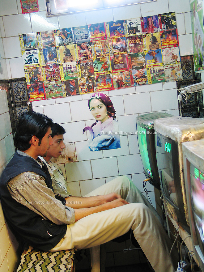 Iran 2004 Jeux video au bazar<br /> Iran 2004 Video-games in Sanandaj's bazaar<br /> ئیران 2004 ، بازاری سنه، یاری ی ویدیویی