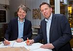 Nieuwegein- contactondertekening De Boer Constructures (Marc van Raaij, accountmanager bij De Boer) met Erik Gerritsen (dir. KNHB). COPYRIGHT KOEN SUYK
