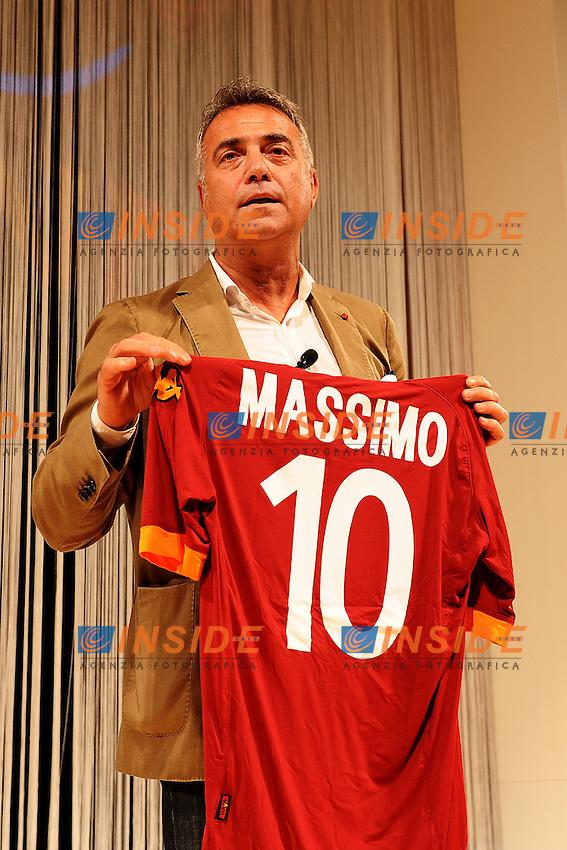 Massimo Ghini con una maglia personalizzata.Roma 7/6/2012 Ara Pacis.Presentazione maglie AS Roma stagione 2012/2013.Foto Andrea Staccioli Insidefoto