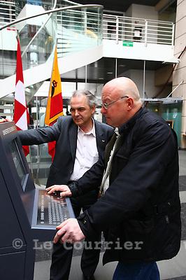 Genève, le 13.03.2011.Elections municipales..Consultations des votations par internet. Pierre Vanek et Rémy Pagani..©Jean-Patrick Di Silvestro / Le Courrier