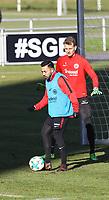Marco Fabian (Eintracht Frankfurt) und Torwart Lukas Hradecky (Eintracht Frankfurt) - 30.01.2018: Eintracht Frankfurt Training, Commerzbank Arena