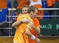 04-03-11, Tennis, Oekraine, Kharkov, Daviscup, Oekraine - Netherlands, Thiemo de Bakker  valt schreeuwent in de armen van captain Jan Siemerink