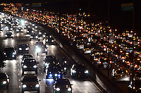 SAO PAULO, 01 DE AGOSTO DE 2012 - TRANSITO SP - Transito na AVenida 23 de maio, nos dois sentidos, altura do paraiso, regiao central da capital no inicio da noite desta quarta feira. FOTO: ALEXANDRE MOREIRA - BRAZIL PHOTO PRESS
