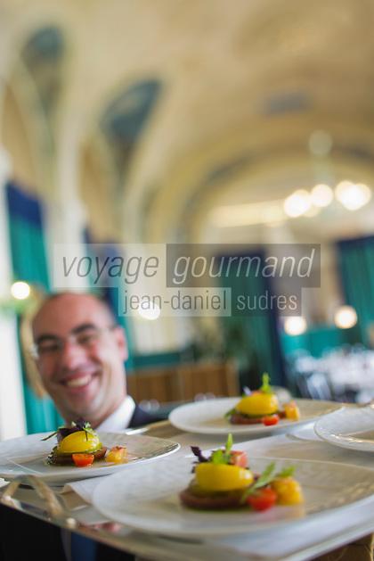 Europe/France/Rhône-Alpes/74/Haute-Savoie/Évian-les-Bains: Service au restaurant de l'  Hôtel: Evian Royal Resort