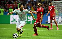 KAZAN - RUSIA, 20-06-2018: Mehdi TAREMI (Der) jugador de RI de Irán disputa el balón con KOKE (Izq) jugador de España durante partido de la primera fase, Grupo B, por la Copa Mundial de la FIFA Rusia 2018 jugado en el estadio Kazan Arena en Kazán, Rusia. /  Mehdi TAREMI (R) player of IR Iran fights the ball with KOKE (L) player of Spain during match of the first phase, Group B, for the FIFA World Cup Russia 2018 played at Kazan Arena stadium in Kazan, Russia. Photo: VizzorImage / Julian Medina / Cont