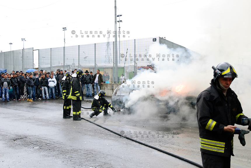 - Milano, Campo rom di via Triboniano, incendio di un'auto per protesta durante l'attuazione di uno sfratto ordinato dal Comune<br /> - Milan, Roma gypsies camp in Triboniano street, a car burned to protest during the execution of an eviction order given by munipality.