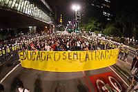 SÃO PAULO, SP - 21.10.2013 - MANIFESTAÇÃO PELA EDUCAÇÃO -SP - Manifestantes , a manifestação teve início no vão do Masp na Av Paulista, região central de São Paulo, nesta segunda-feira (21). (Foto: Marcelo Brammer/Brazil Photo Press)