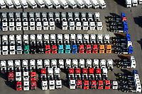 LKW Neu- und Gebrauchtwagen: EUROPA, DEUTSCHLAND, HAMBURG, (EUROPE, GERMANY), 19.10.2012: Angebot Verkauf von neuen und gebrauchten Lastkraftwagen, Export,  Reihe, warten, anstehen, Abtransport, voll, belegt, Parkplatz, Raumnot, Lager, Logistik, CO2, Benzin, Diesel, Treibstoff, Schlange, Daecher,  weiss, bunt, Autos, LKW, aufgereiht, Reihen, hintereinander, warten, Wirtschaft, Luftbild, Luftansicht, Luftaufnahme, Auto, Absatz, Kriese, Parkplatz, Halde,