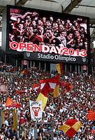 """Calcio: allenamento a porte aperte """"Open Day"""" per la presentazione della Roma, a Roma, stadio Olimpico, 21 agosto 2013.<br /> AS Roma fans attend the club's Open Day training session at Rome's Olympic stadium, 21 August 2013.<br /> UPDATE IMAGES PRESS/Isabella Bonotto"""