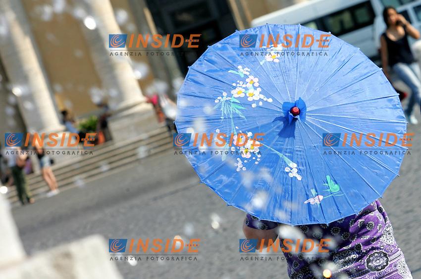 PIAZZA del popolo<br /> Roma 02/07/2010 Caldo a Roma. E' arrivata l'ondata di caldo e come ogni anno i turisti cercano refrigerio nelle fontane di Roma.<br /> Heat in Rome. <br /> Photo Samantha Zucchi Insidefoto