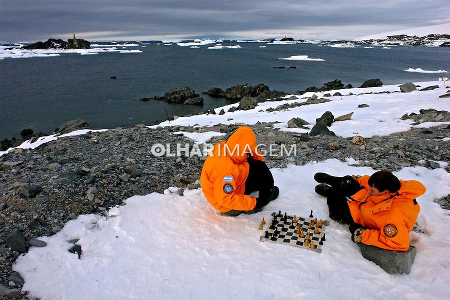 Crianças jogando xadres na Base Esperanza, argentinos na Antartida. 2006. Foto de Caio Vilela.