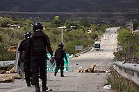Si hubo balas.<br /> Enfrentamientos en Nochixtl&aacute;n, Oaxaca.<br /> <br /> Por Patricia Castellanos.<br /> <br /> A pesar de que el gobierno estatal minimiz&oacute; los diversos enfrentamientos entre polic&iacute;as y profesores en la regi&oacute;n Mixteca, as&iacute; como en la capital de la entidad, hay un saldo de alrededor de 6 muertos, de acuerdo a la cifra oficial y extra oficialmente suman 10; as&iacute; como m&aacute;s de 100 heridos entre docentes y uniformados.<br /> <br /> Todo iniciar&iacute;a en el municipio de Nochixtlan donde se desat&oacute; una guerra campal entre fuerzas de seguridad (polic&iacute;as estatales y federales) y maestros, as&iacute; como pobladores que apoyan a los integrantes de la secci&oacute;n 22 de la Coordinadora Nacional de Trabajadores de la Educaci&oacute;n (CNTE), quienes por m&aacute;s de 5 horas estuvieron enfrent&aacute;ndose con cohetones, gas lacrim&oacute;geno y hasta armas de fuego de alto calibre.<br /> <br /> Luego de este enfrentamiento, el cual tuviera su origen en un desalojo fallido, las fuerzas estatales y federales se replegaron con destino a la ciudad capital, a mas o menos una hora y media por carretera; sin embargo fueron emboscados por maestros y personas afines a su lucha en la comunidad de Huitzo, donde se enfrentaron con piedras, palos, tubos y gases lacrim&oacute;genos, teniendo fin dicho acto con el repliegue de los contrarios a los polic&iacute;as.<br /> <br /> La caravana policial continu&oacute; su paso, sin embargo se encontr&oacute; con un panorama de violencia y vandalismo todo lo que le resto de transcurso hasta llegar al coraz&oacute;n de la ciudad de Oaxaca, teniendo que replegar a los maestros y afines, ya que estos quemaron el edificio de Caminos y Puentes Federales (CAPUFE), as&iacute; como una media centena de veh&iacute;culos de motor por todo el trayecto.