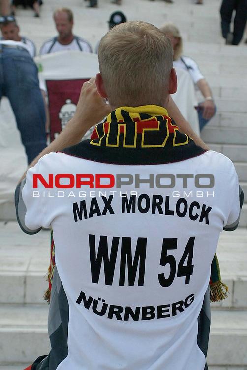 Europameisterschaft 2004 Portugal<br /> <br /> Deutschland vs Tschechien<br /> <br /> Fans vor dem Spiel<br /> <br /> Foto &copy; nordphoto<br /> <br /> <br /> <br /> Gemaess Auflage der UEFA duerfen saemtliche Bilder von der EURO 2004 nicht fuer MMS Dienste oder sonstige Dienste via Mobiltelefon oder mit PDAs genutzt werden.<br /> <br /> <br /> <br /> <br /> <br />  *** Local Caption *** Foto ist honorarpflichtig! zzgl. gesetzl. MwSt.<br /> <br />  Belegexemplar erforderlich<br /> <br /> Adresse: nordphoto<br /> <br /> Georg-Reinke-Strasse 1<br /> <br /> 49377 Vechta<br /> <br /> Telefon: 04441-89400 / Fax: 04441-894022