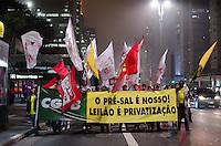 SÃO PAULO, SP, 17 DE OUTUBRO DE 2013 - PROTESTO PETROBRAS - Grupo protesta contra o leilão do campo de Libra, na Avenida Paulista, na noite desta quinta feira, 17. Os manifestantes entendem que o leilão fere a soberania nacional, ao permitir que multinacionais se apropriem do petróleo brasileiro. FOTO: ALEXANDRE MOREIRA / BRAZIL PHOTO PRESS