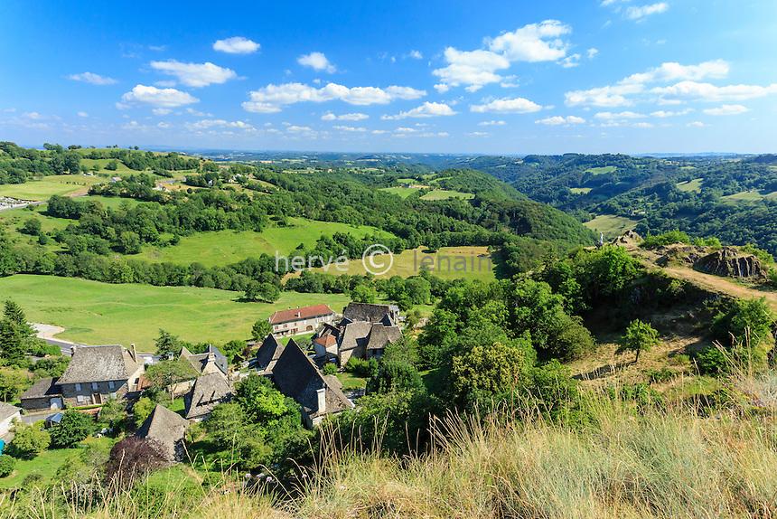 France, Cantal (15), Carlat, vue sur le village depuis le haut du rocher de Carlat // France, Cantal, Carlat, view of the village from the top of the Carlat rock